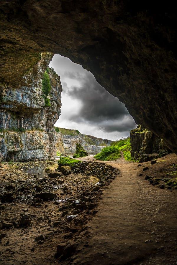 Ingång av den Smoo grottan nära Durness i Skottland royaltyfri bild