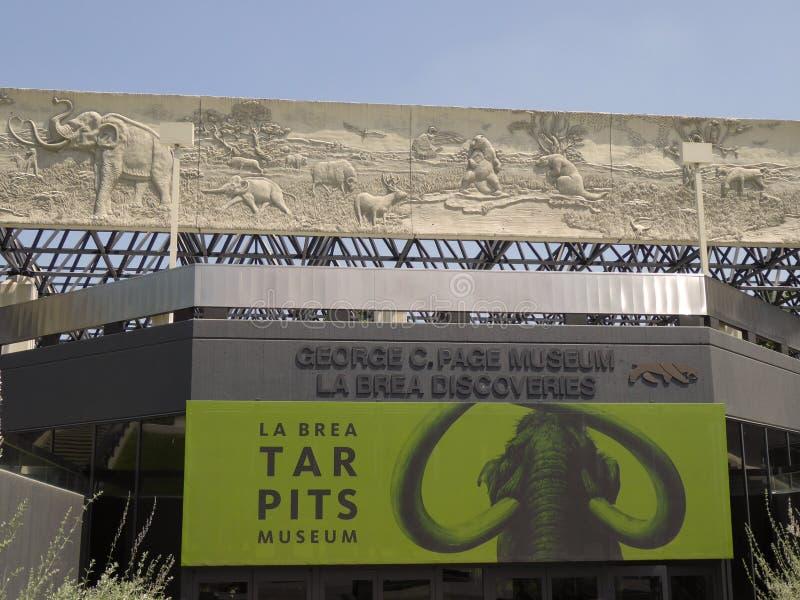 Ingång av det George C sidamuseet, på laen Brea Tar Pits royaltyfri bild