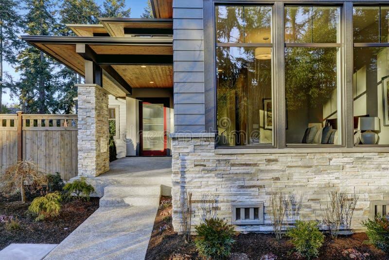 Ingång av det lyxiga nybyggnadhemmet i Bellevue, WA royaltyfria foton