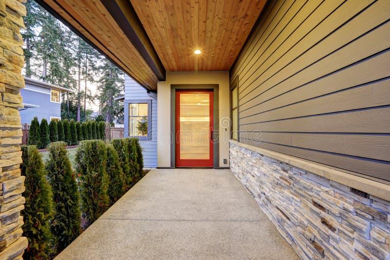Ingång av det lyxiga nybyggnadhemmet i Bellevue, WA royaltyfri foto