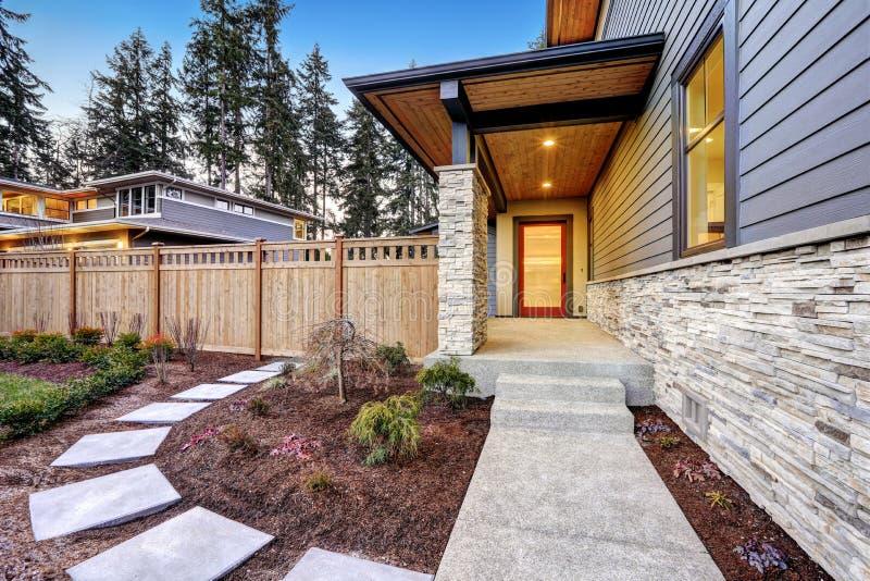 Ingång av det lyxiga nybyggnadhemmet i Bellevue, WA royaltyfri bild