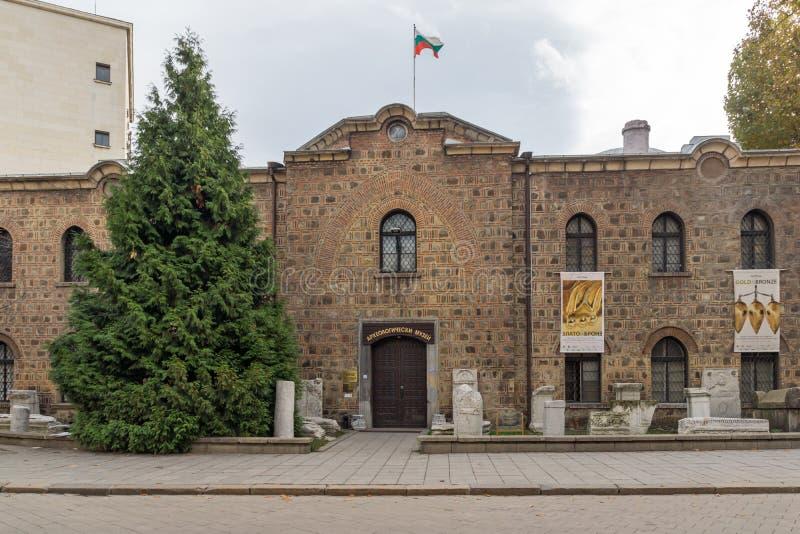 Ingång av det nationella arkeologimuseet i stad av Sofia, Bulgarien royaltyfria foton
