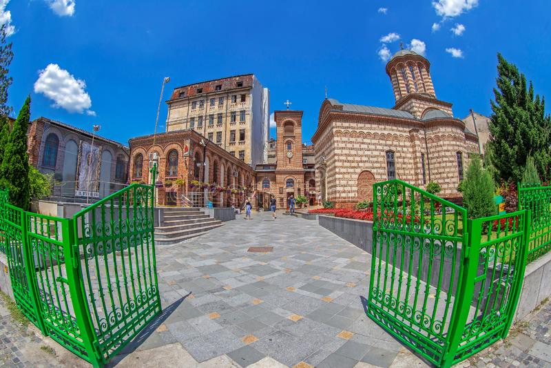 Ingång av det socken- museet den gamla domstolen, Bucharest, Rumänien fotografering för bildbyråer