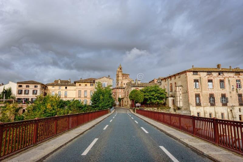 Ingång av en liten fransk stad arkivbilder