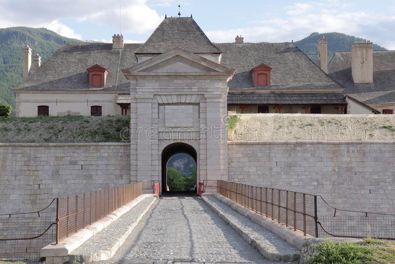 Ingång av fortet av Mont-Dauphinen, franska Hautes Alpes arkivfoton