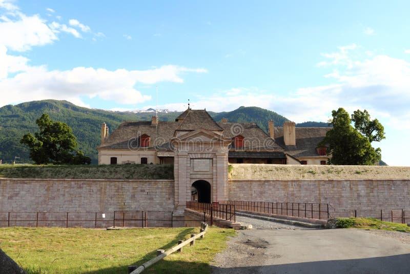 Ingång av fortet av Mont-Dauphinen, Hautes Alpes, Frankrike arkivfoton
