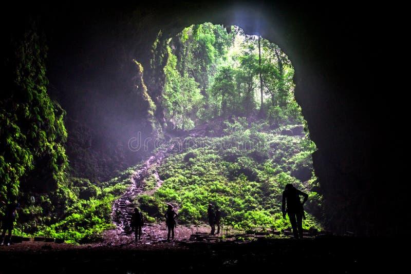 Ingång av Goa Jomblang grottor fotografering för bildbyråer