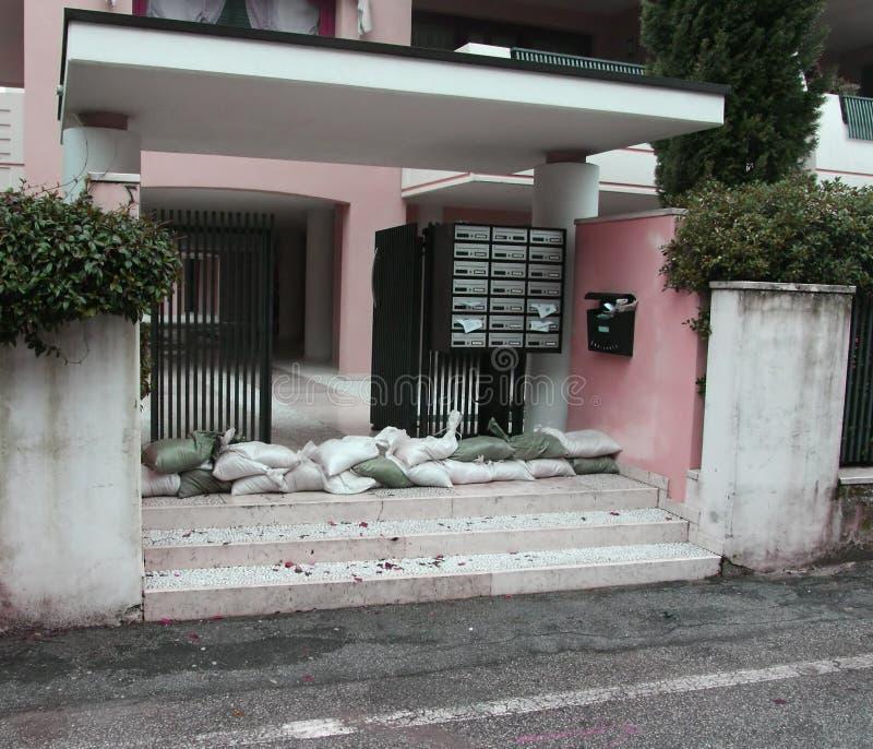 Ingång av huset med en grupp av sandsäckar i försvar från t arkivbilder