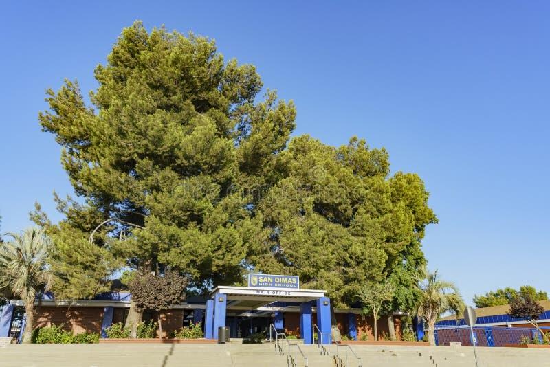 Ingång av San Dimas High School royaltyfria bilder