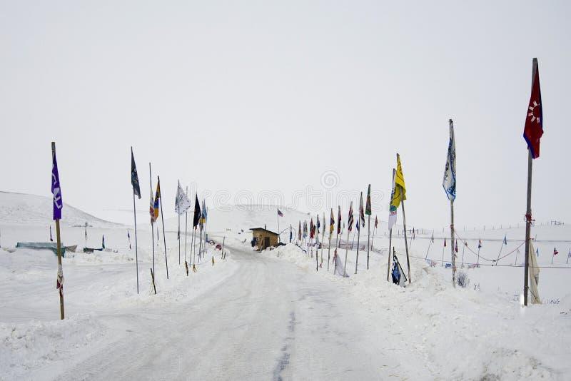 Ingång för kontrollpunkt till det Oceti Sakowin lägret, kanonboll, North Dakota, USA, Januari 2017 royaltyfri foto
