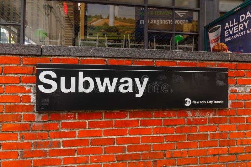 Ingång för New York City gångtunneltecken på tegelstenväggen royaltyfria foton