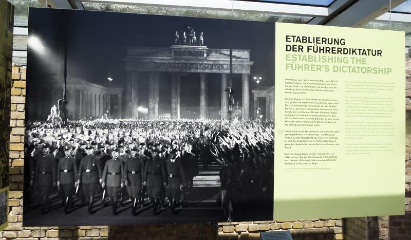Ingång för Topographie des-skräck - museet av förintelsen och Berlin Wall - Juni 9th, 2015 - Berlin, Tyskland arkivbild