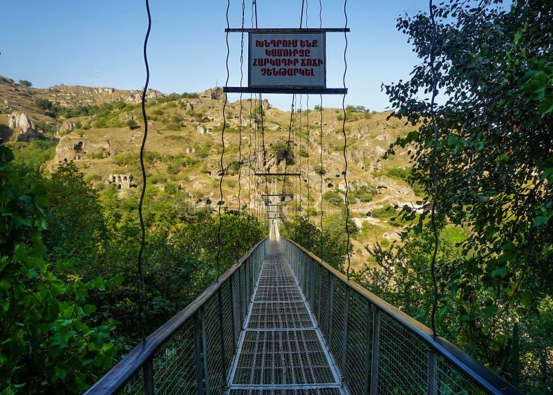 Ingång Goris Khndzoresk för hängande bro royaltyfri bild