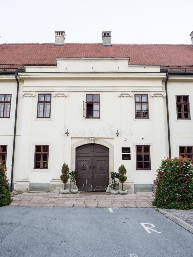 Ingång in i byggnaden av stadsstyrelsen av Slavonski Brod, Kroatien arkivfoto