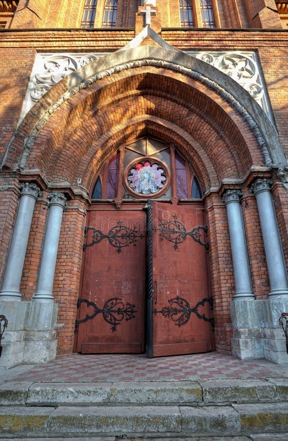 Ingång i Roman-Catholic kyrka arkivfoton