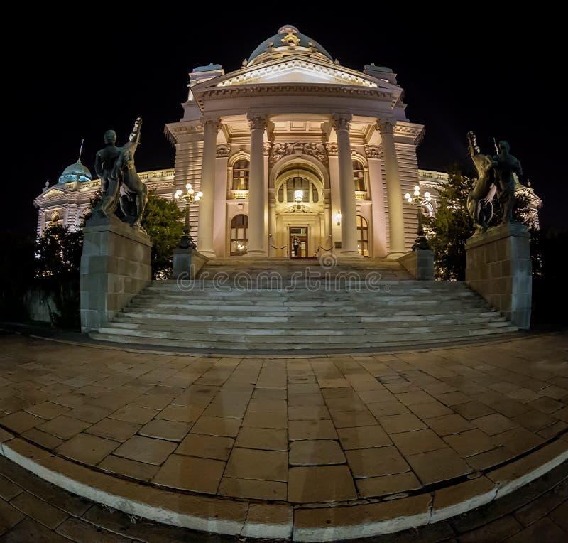 Ingång i serbisk parlamentbyggnad i Belgrade på natten royaltyfria foton