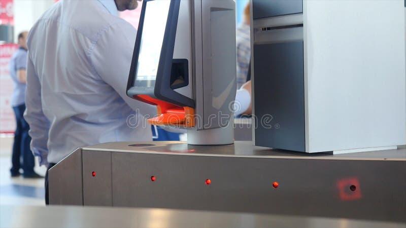 Ingång med e-passerandet medel Automatiskt testpunkt med contactless tillträde Vändkors med kortläsaren elektroniskt royaltyfria foton