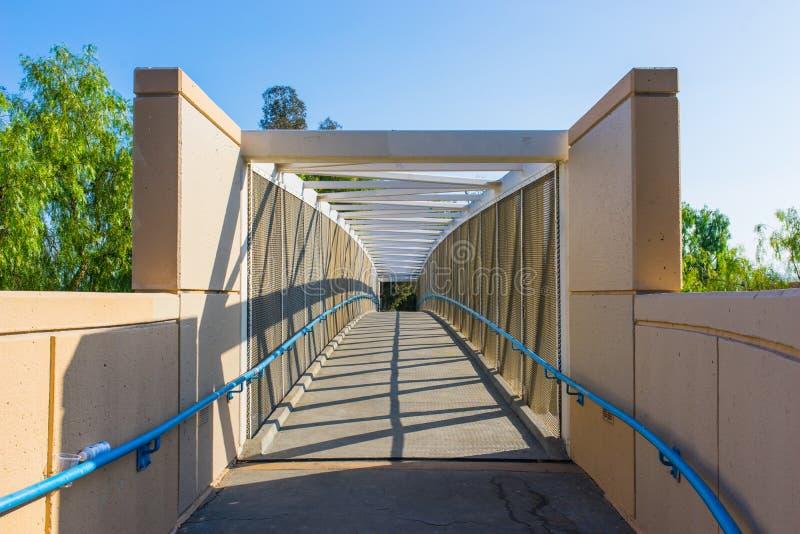Ingång som cyklar bron royaltyfria bilder