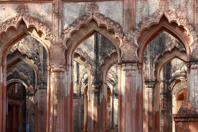 Ingång som göras av dekorativa bågar och mönstrade pelare - forntida indisk arkitektur royaltyfria foton