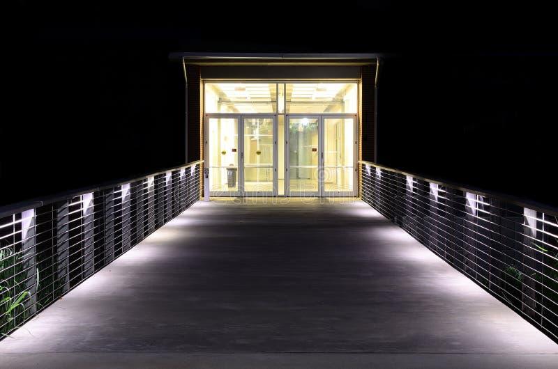Download Ingång tänd walkway arkivfoto. Bild av natt, bana, lampa - 19782582