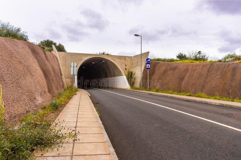 Ingång till bergtunnelvägen i madeiraön royaltyfri fotografi