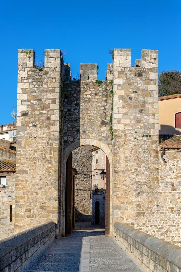 Ingång till Besalu, Spanien arkivbilder