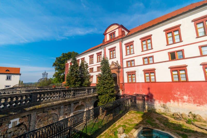 Ingång till den barocka slotten i Zakupy, Doksy region, Tjeckien arkivbilder