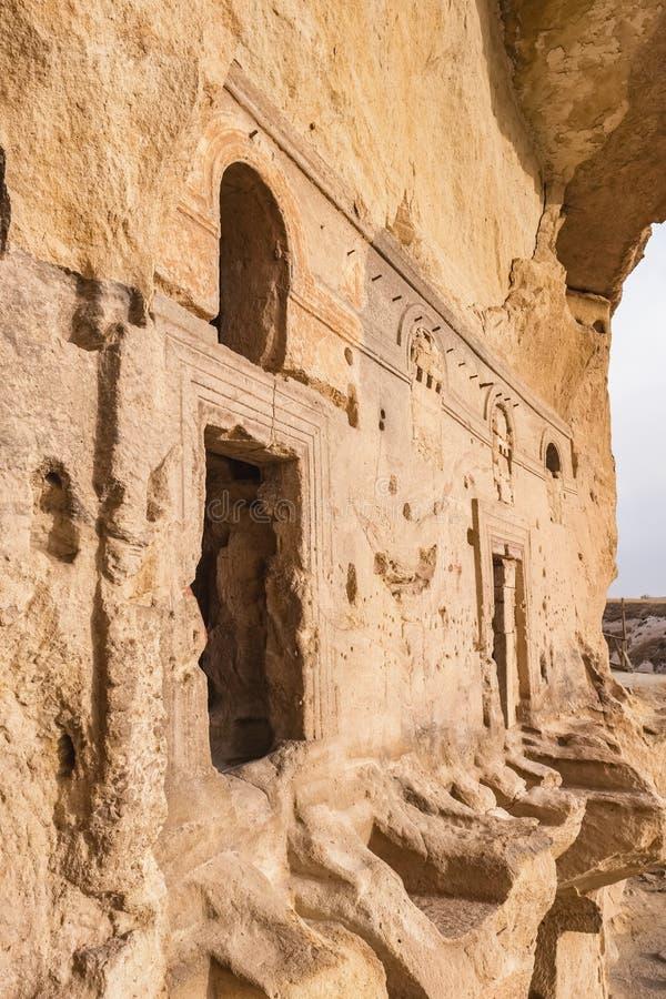 Ingång till den forntida Cavusin fästningen och kyrkan Vaftizci Yahya, Saint John det baptistiskt i Cappadocia royaltyfria bilder