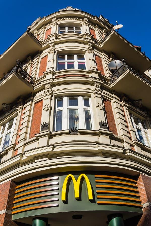 Ingång till den MacDonalds restaurangen i Gliwice arkivfoton