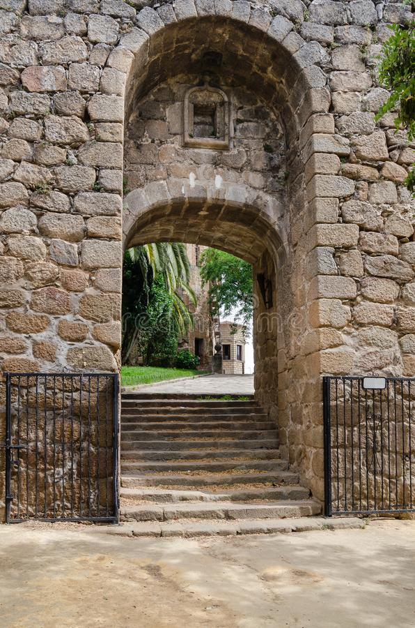 Ingång till den medeltida slotten i Oropesa toledo spain royaltyfri fotografi