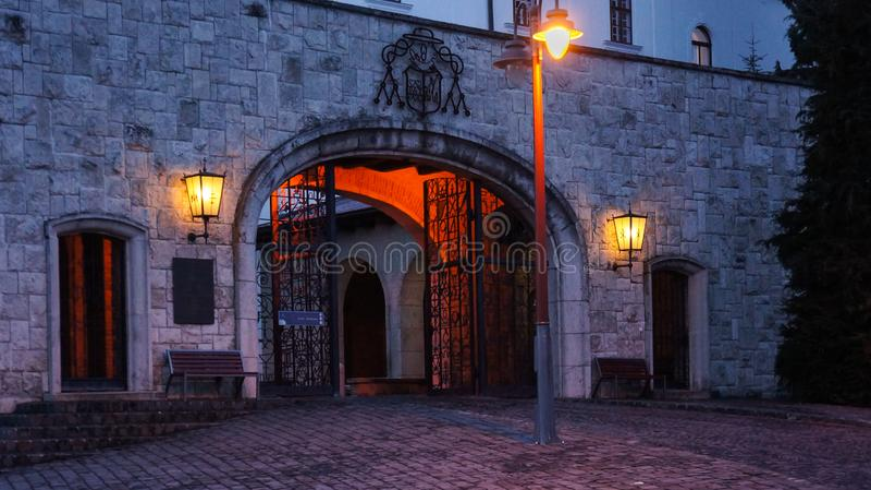 Ingång till den Pannonhalma abbotskloster på natten arkivbilder