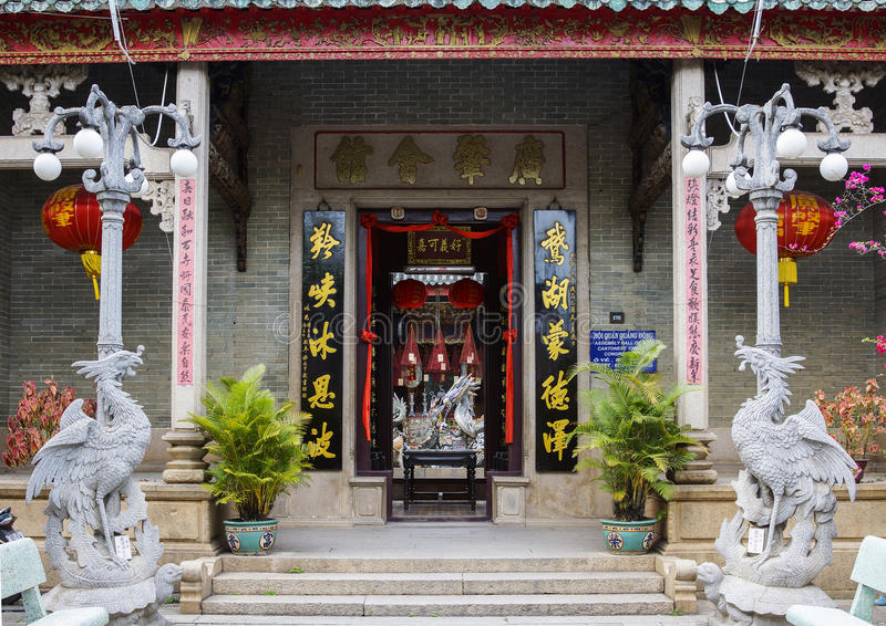 Ingång till den Quang Dong Chinese templet i Hoi An, Vietnam. royaltyfri foto