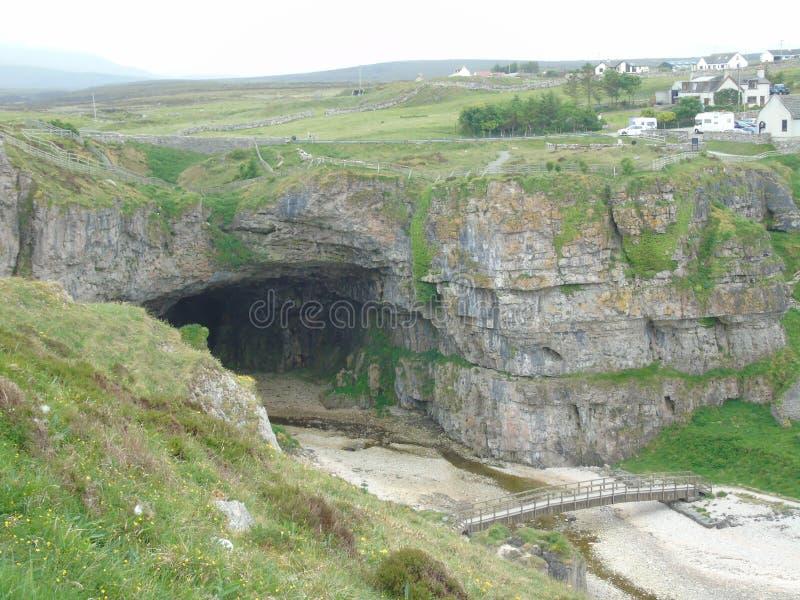Ingång till den Smoo grottan royaltyfri fotografi