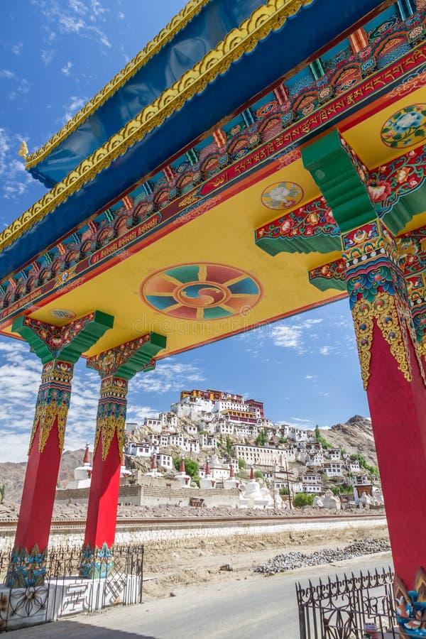 Ingång till den Thiksay kloster nära Leh, Ladakh, Indien royaltyfri bild