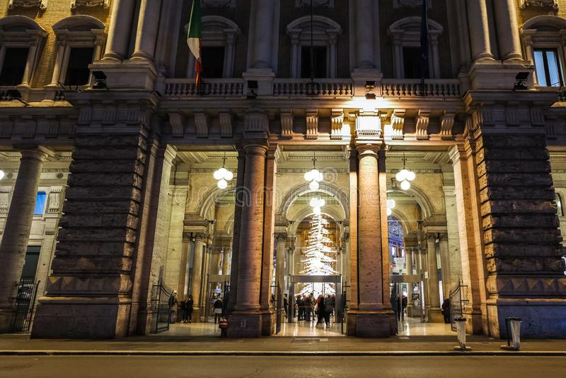 Ingång till det berömda Alberto Sordi gallerit i Rome under semesterperioden arkivfoton