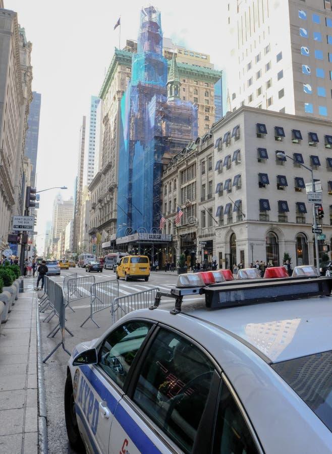 Ingång till det berömda trumftornet i lägre Manhattan, New York City royaltyfri bild