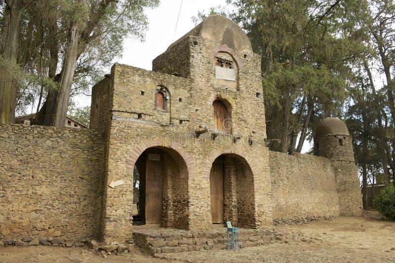 Ingång till det Debre Berhan Selassie kyrkaterritoriet i Gondar, Etiopien royaltyfria foton