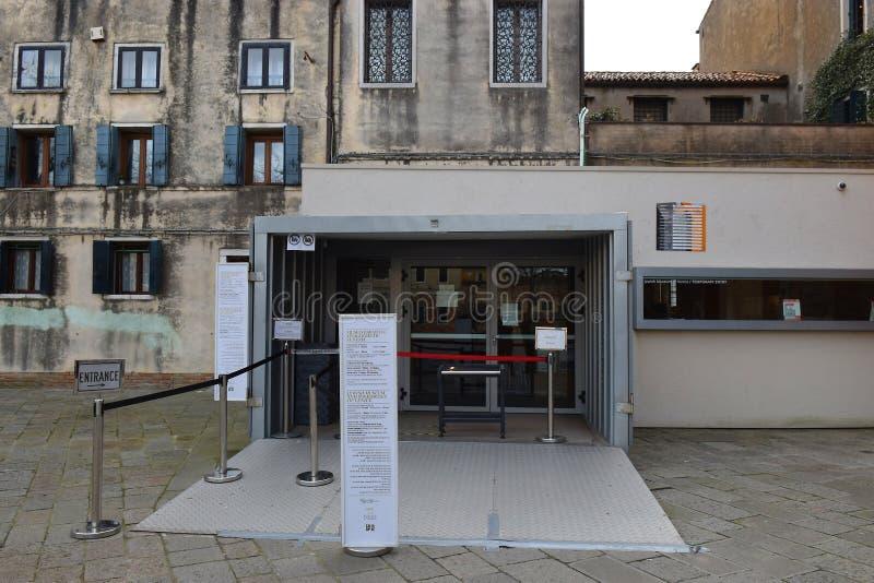 Ingång till det judiska museet av Venedig i Venedig judiska getto, Italien royaltyfria foton