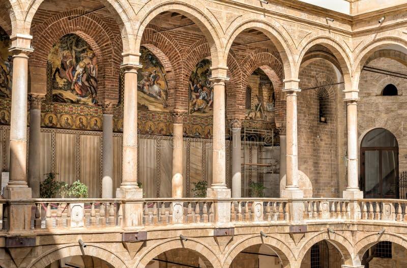 Ingång till det Palatine kapellet av Royal Palace i Palermo royaltyfri bild