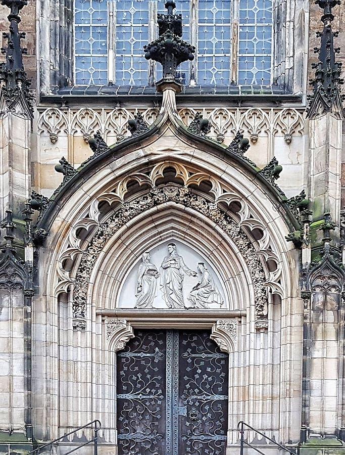 Ingång till domkyrkan i Bremen royaltyfria foton