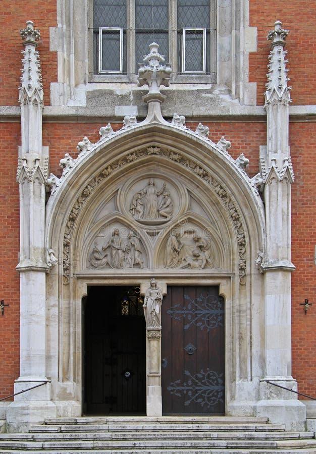 Ingång till en av katolska kyrkor i Wien arkivbild