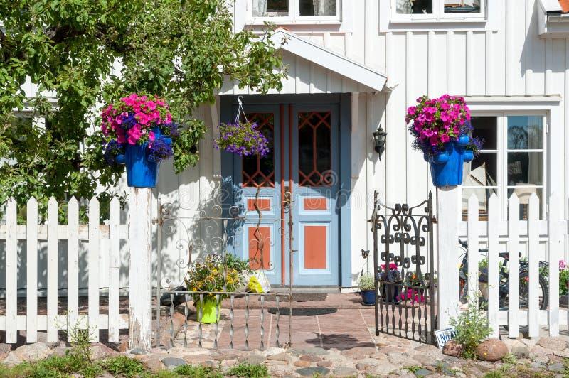 Ingång till en bostadsbyggnad i Sverige royaltyfri bild