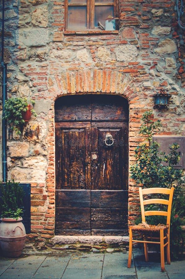 Ingång till ett gammalt hus i en medeltida by i Tuscany arkivfoto