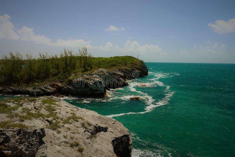 Ingång till Hatchet Bay från klipporna ovan med blå himmel och brutna moln arkivfoton