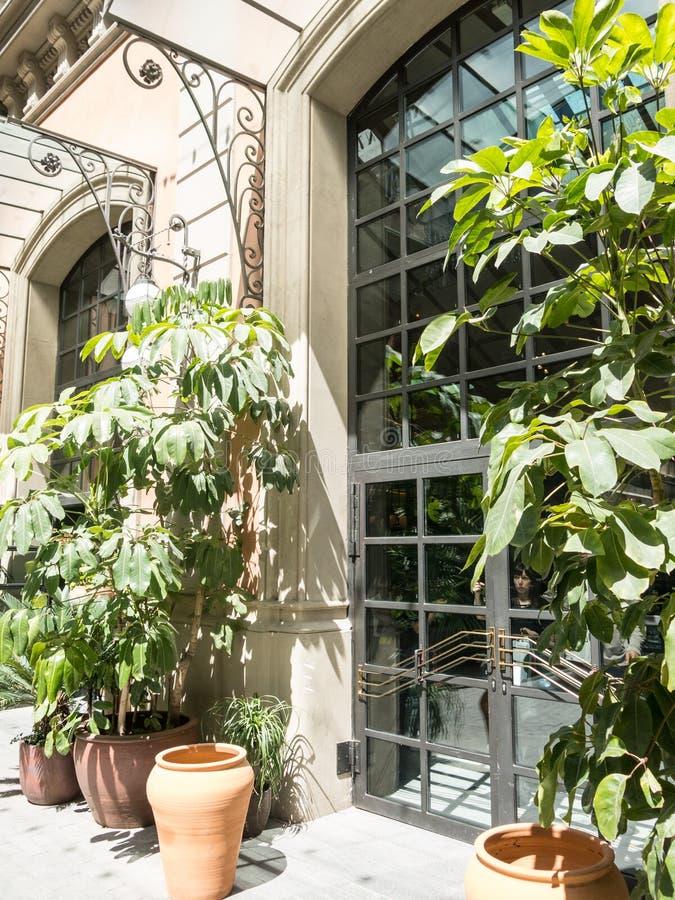 Ingång till historiska galleriernas El Nacional ', i Paseoen de gracia av Barcelona royaltyfri fotografi