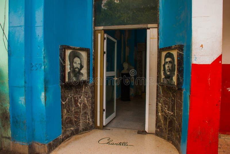 Ingång till hus-museet, stående av che Guevara, Fidel Castro havana cuba arkivfoton