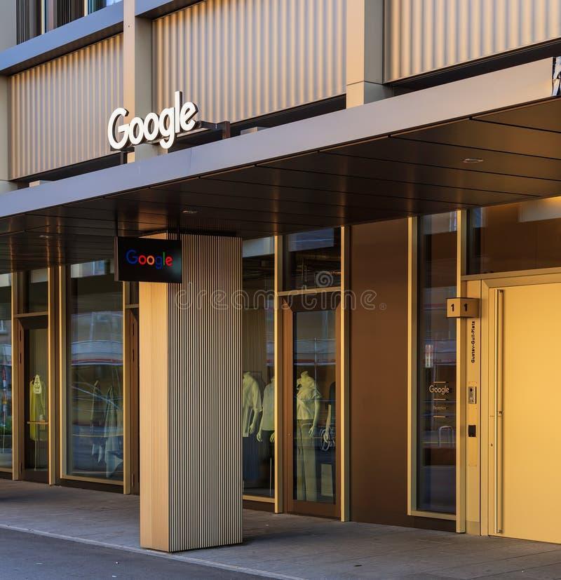 Ingång till kontoret av det Google företaget på den Gustav Gull squaen royaltyfri bild