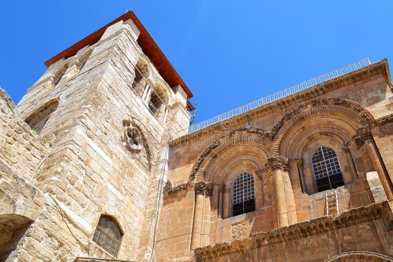 Ingång till kyrkan av den heliga griften Uteplats och den huvudsakliga fasaden israel jerusalem royaltyfria foton