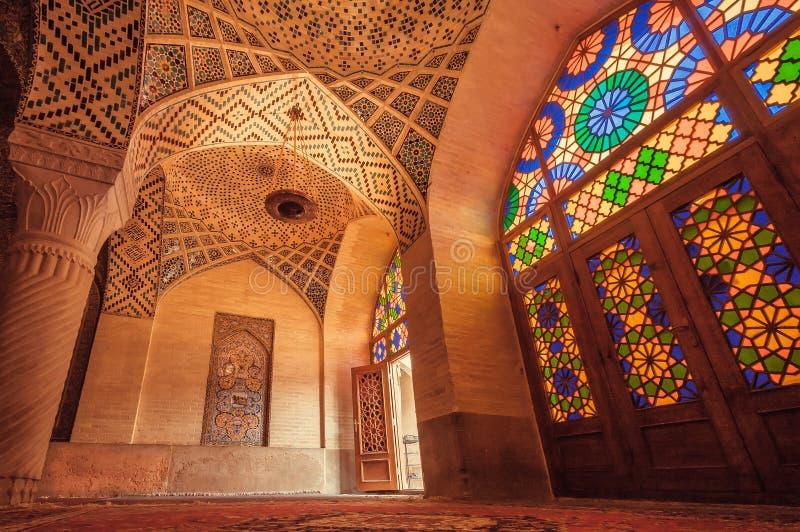 Ingång till ljus och färgrik byggnad av den persiska Nasir al-Mulk Mosque i Shiraz, Iran royaltyfria bilder