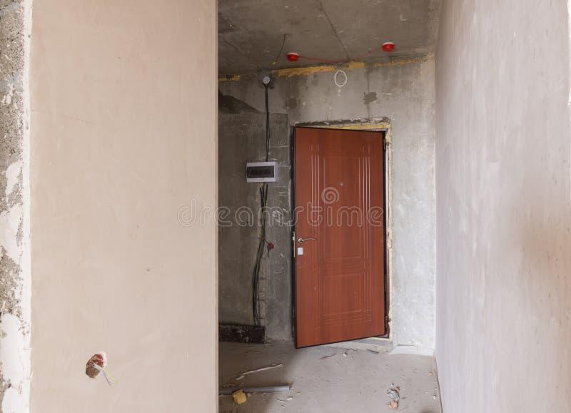 Ingång till lokalen i nybygge, installerad metalldörr och elektrisk vakt fotografering för bildbyråer